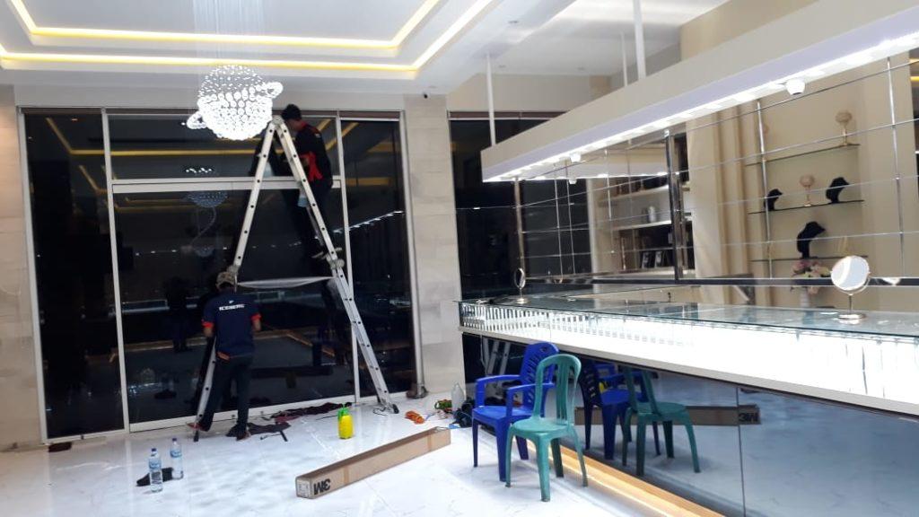 pemasangan kaca film security di toko perhiasan