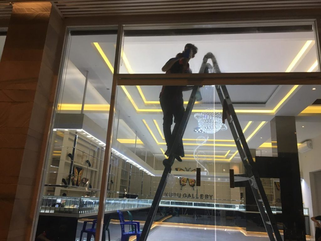 kaca film pada etalase toko emas